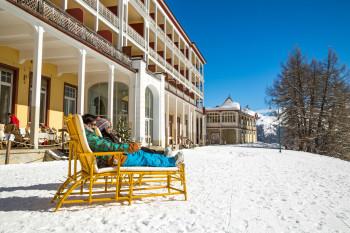 Auf der Terrasse der Schatzalp kannst du bei sonnigem Wetter entspannen.