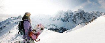 Auf der Suche nach den besten Freeride-Lines geht es durch das Skigebiet.