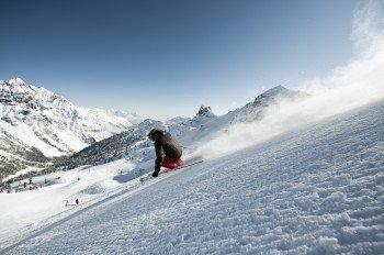 Mit überwiegend rot und blau markierten Pisten ist das Tiroler Skigebiet besonders bei Familien und Anfängern beliebt.