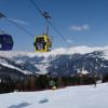 Die Gondelbahn bringt die Skifahrer bequem in das Skigebiet