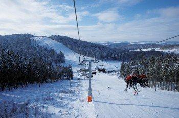 Ein 4er Sessellift befördert die Gäste des Skigebietes Schöneck