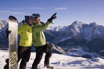 Freestyler und Snowboarder können sich im Snowpark austoben.