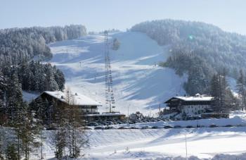 Blick auf die Sportalm im Skigebiet am Gschwandtkopf.