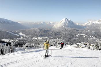 Vom Skigebiet aus hat man einen traumhaften Ausblick auf Seefeld und die umliegende Bergwelt.