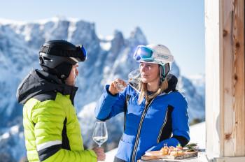 Einen aufregenden Skiurlaubstag auf der Seiser Alm ausklingen lassen