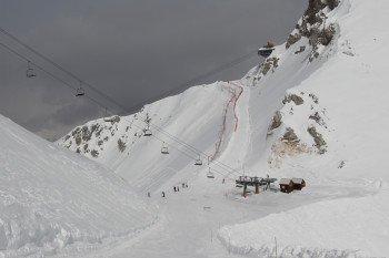 Zwei Vierersessellifte und ein Dreiersessellift befördern im slowenischen Teil die Wintersportler.