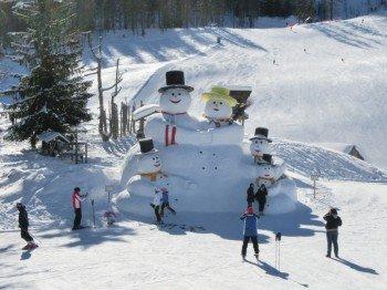 An der Rotwand erwartet die Kinder jeden Winter eine Schneemannfamilie