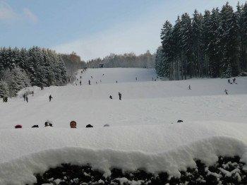 Am 600 Meter langen Burbach Doppelankerlift sind sowohl Skifahrer als auch Snowboarder willkommen.