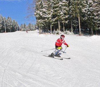 Auch geübte Fahrer kommen am Silbersattel auf ihre Kosten: Das Skigebiet bietet drei schwarz markierte Abfahrten