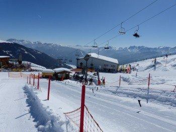 Alles auf einen Blick - Das Übungsgelände (vorn), der Skiverleih an der Bergstation und der Skischulen-Sammelpunkt