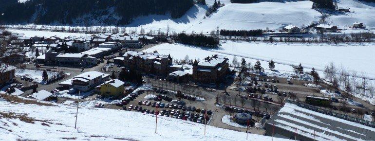 Parkplätze sind ausreichend und kostenlos an der Talstation der Thurnthaler-Bahn vorhanden