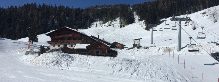 An der Talstation der Vierersesselbahn liegt der Bergbauernhof Oberhochwalden