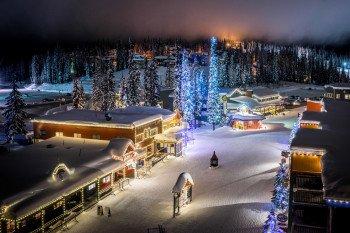 Das Silver Star Mountain Resort Village beleuchtet bei Nacht.
