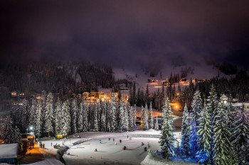 Großartig für Klein und Groß: Eislaufen im Tal des Skigebiets nach einem anstrengenden Tag auf Skiern.