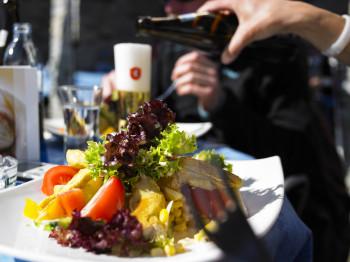 Diverse Einkehrmöglichkeiten locken mit kulinarischen Köstlichkeiten.