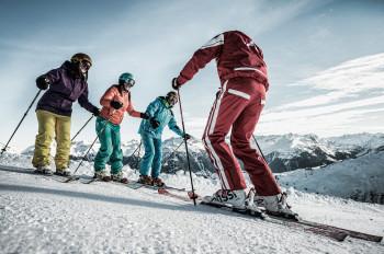 Skikurse werden nicht nur für Kinder, sondern auch für Erwachsene angeboten.
