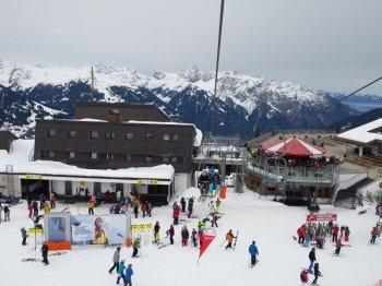 An allen Berg- und Talstationen im Skigebiet gibt es gratis WLAN.