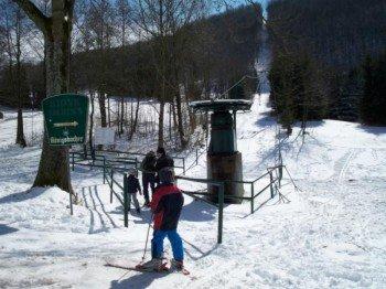 Zu sehen ist die Talstation des Skilifts A im Skigebiet Simmelsberg.