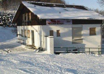 """Das Clubhaus des Ski-Clubs Hanau. Hier befindet sich auch der Kiosk """"Zur Skirast"""" sowie die Bergwachtstation."""