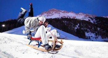 Bei Flutlicht kann man abends im Skigebiet Obereggen nicht nur Skifahren, sondern auch Rodeln.