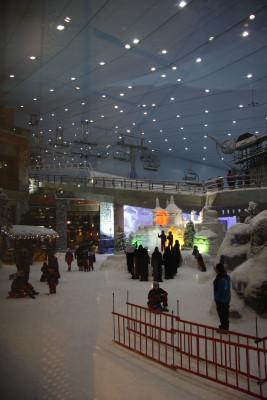 Durch große Fensterfronten kannst du vom Einkaufszentrum das Geschehen in der Skihalle mitverfolgen.