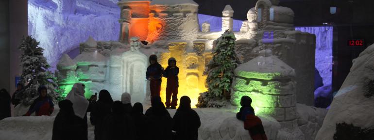 Auch Kunstwerke aus Eis und Schnee dürfen in der Skihalle in Dubai nicht fehlen.