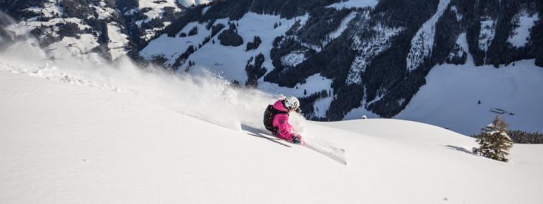 Skifahrerin beim Carven im Ski Juwel Alpbachtal Wildschönau