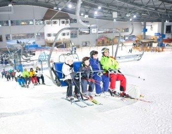 Blick auf den 4er-Sessellift der Skihalle in Neuss.