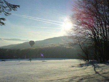 Der Skilift Zuckerfeld liegt am südlichen Hang der Wasserkuppe in Hessen.