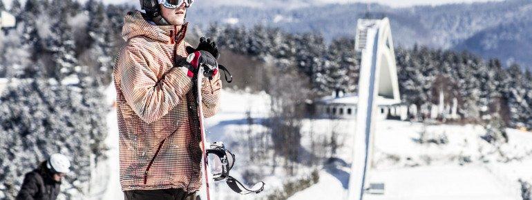 Sowohl für Skifahrer als auch für Snowboard hat das Skiliftkarussel einiges zu bieten. Im Hintergrund erhascht man einen Blick auf die St. Georg Schanze.
