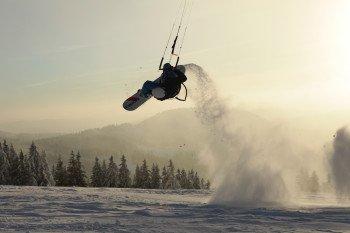 Wer mal etwas neues ausprobieren möchte, kann sich am Snowkiten versuchen.