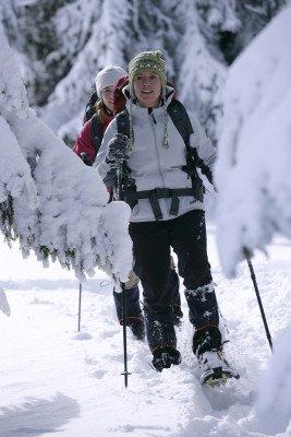 Wer erstmal genug vom Pistenspaß hat, kann sich die Schneeschuhe schnappen und eine Wanderung durch die verschneite Winterlandschaft starten.