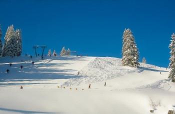 Im Skigebiet gibt es rot und blau markierte Pisten.