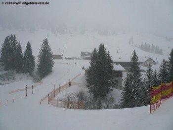An der Talstation Grasgehrenlifte 3 und 4 mit Blick auf die Ostseite des Skigebietes!