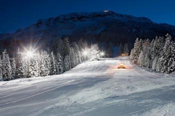 Skizentrum bei Nacht