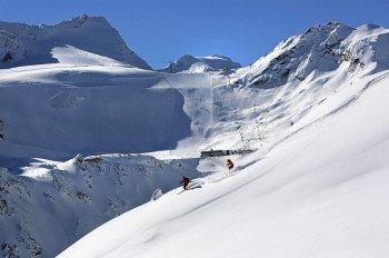 Schneereiche Pisten auf dem Gletscher in Sölden