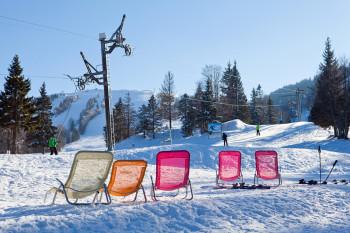 An einem langen Skitag kannst du dir eine Pause gönnen und die Sonne genießen.