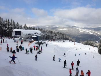 Die Kleinsten können erste Versuche auf den Skiern wagen.