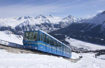 Mit der Standseilbahn Chantarella geht es hinauf während man den Blick über St- Moritz und den gefrorenen St. Moitzersee schweifen lassen kann.