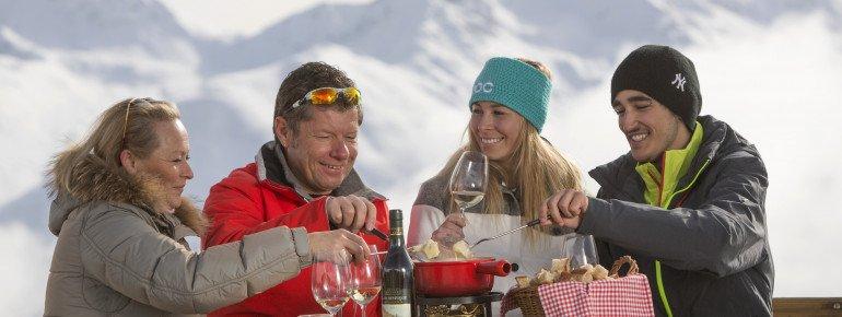 Gemeinsam ein Fondue mit Bergpanorama genießen - das geht im Skigebiet Corviglia.