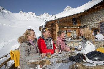 Auf der Terrasse des Restaurants Glünetta kann man die Pause zwischen den Abfahrten genießen.