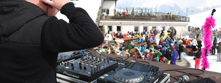 Beim St. Moritz Music Summit legen bekannte DJs wie beispielsweise DJ Castle in der Sternbar für das begeisterte Publikum auf.