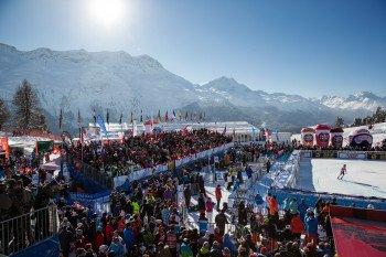Zuschauer verfolgen im Zielgelände Salastrains den Zieleinlauf der Damen beim AUDI FIS Ski World Cup.