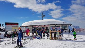 Einen Skiservice und Skiverleih gibt es direkt beim Einstieg zum Triassic Park.