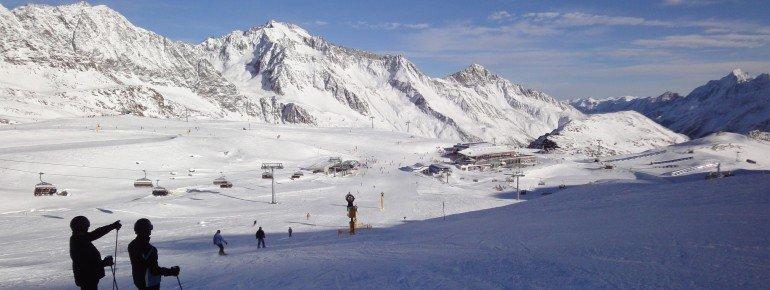 """Blick auf das Restaurant Gamsgarten. Rechts ist das Übungsgelände """"Big Family Ski-Camp"""" erkennbar."""