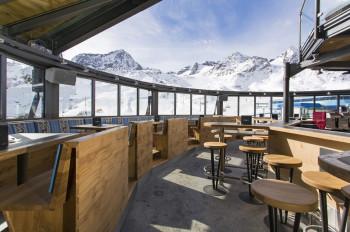 Das Schneekristall Pavillon mit geöffnetem Dach bei schönem Wetter