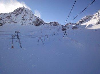 Wo immer es der Untergrund erlaubt wurden Sessellifte errichtet. Direkt auf Gletschereis können nur Schlepplifte gebaut werden.