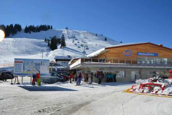 Modernes Servicezentrum in der Talstation der 6er-Sessel-Waldkopfbahn: Skischulbüro, großer Skishop, Service, Verleih und beheizbare Skidepots.
