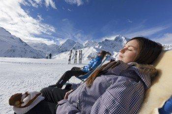 Im Liegestuhl die Wintersonne genießen