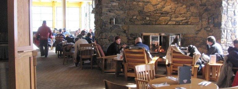 Das Restaurant in der Sunshine Mountain Lodge lädt zum Verweilen ein.